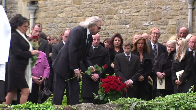 the funeral of former bee gees star, robin gibb has been held in his home-town in thame, oxfordshire. fans lined the streets of thame to pay their... - the bee gees bildbanksvideor och videomaterial från bakom kulisserna