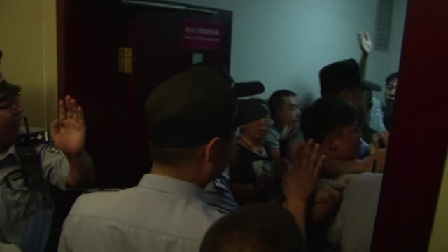 vídeos y material grabado en eventos de stock de the furious relatives of china's blast victims rail against authorities outside a news conference for keeping them in the dark as criticism over... - tianjin