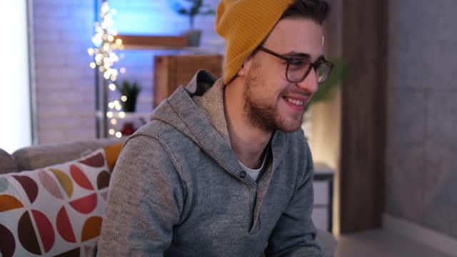 der spieler spielt spiele auf dem computer - männliche figur stock-videos und b-roll-filmmaterial