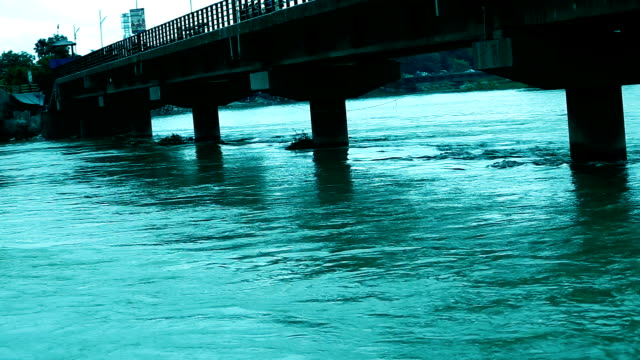 the ganges river, haridwar, india - acqua santa video stock e b–roll