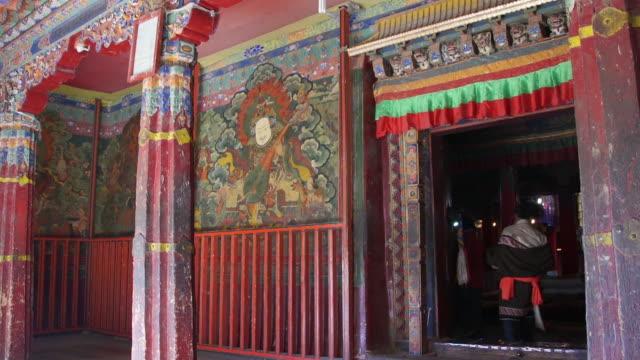 vidéos et rushes de the gate of drepung monastery, lhasa, tibet - fidèle religieux