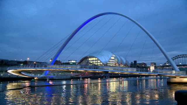vídeos y material grabado en eventos de stock de the gateshead millennium bridge illuminated in dusk, newcastle upon tyne - newcastle