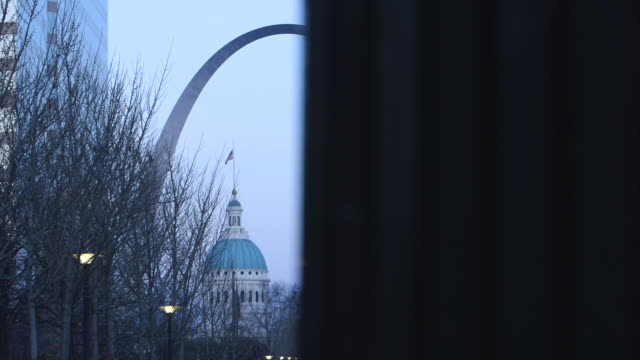 stockvideo's en b-roll-footage met the gateway arch shot from park, tracking shot - gateway arch st. louis