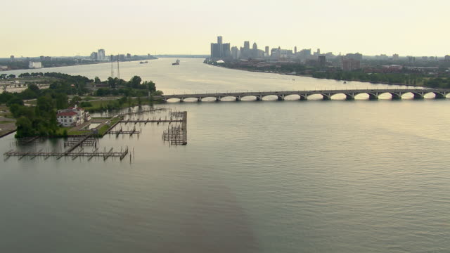 vidéos et rushes de the general douglas macarthur bridge connects the city of detroit to the small island of belle isle. - détroit michigan