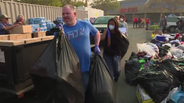 vídeos y material grabado en eventos de stock de the generosity and volume of donations to residents of paradise a city ravaged by the devastating wildfire is helping people smile again - generosidad