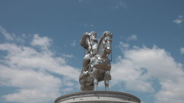 the genghis khan equestrian statue near ulan bator, mongolia - figura maschile video stock e b–roll