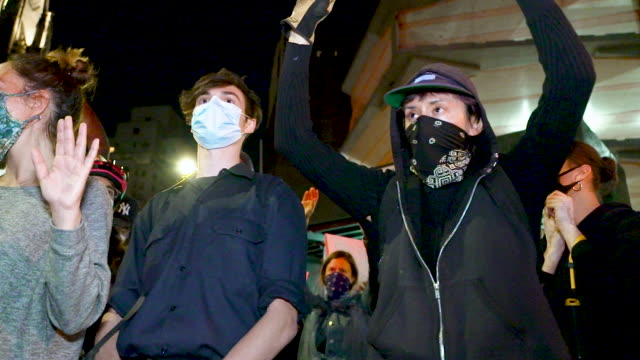 vidéos et rushes de the george floyd protest turns into a riot garbage was burned and stores were looted in the soho district of downtown manhattan the day began with... - justice concept