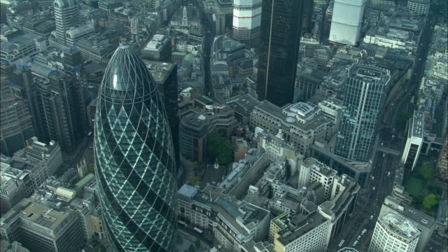 the gerkin building rises above london. - building feature stock videos & royalty-free footage