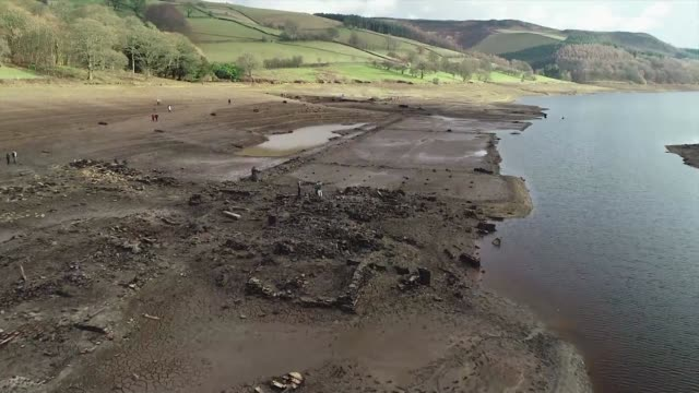 the ghost village of derwent which was flooded when the ladybower reservoir was created in the uk's peak district has been revealed by low water... - bacino idrico video stock e b–roll