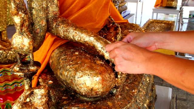 De vergulde Boeddhabeeld door de Buddha-focus