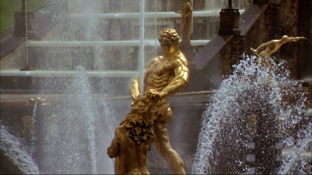 The gilt Sampson statue shows the Peterhof's baroque architecture.