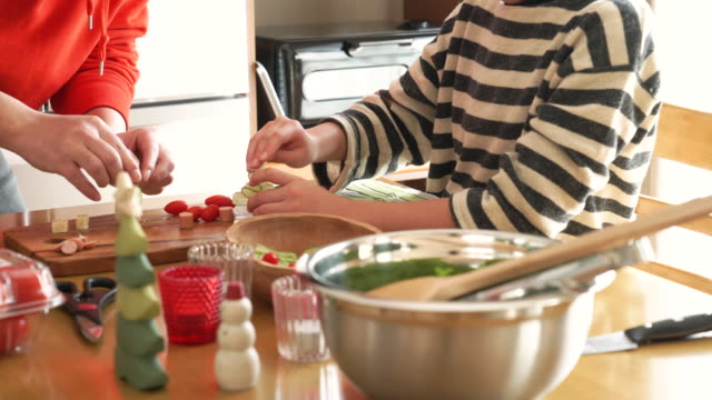 the girl helping cooking - 娘点の映像素材/bロール