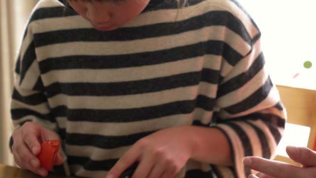 the girl helping cooking - 切る点の映像素材/bロール