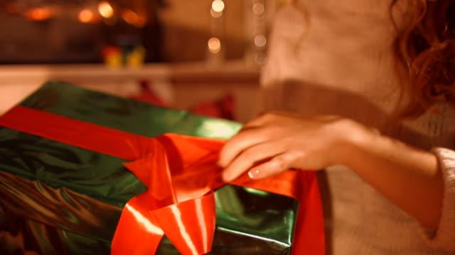 stockvideo's en b-roll-footage met het meisje opent cadeau - kado