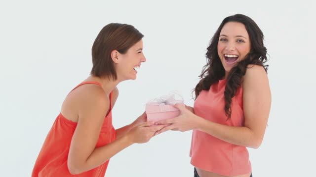vídeos y material grabado en eventos de stock de girl receives a gift - recibir