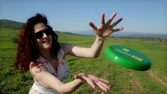 vídeos de stock e filmes b-roll de the girl throwing frisbee - pega