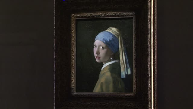 vídeos y material grabado en eventos de stock de the girl with a pearl earring is to go on display in italy for the first time the artwork by vermeer will be exhibited in bologna from the 8th of... - pendiente de perlas