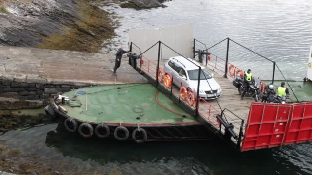 vídeos de stock e filmes b-roll de the glenelg car ferry an old ferry which runs between skye and the mainland and has a swivel turntable isle of skye scotland uk - hébridas