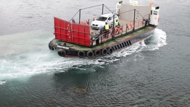 vídeos de stock e filmes b-roll de the glenelg car ferry, an old ferry which runs between skye and the mainland and has a swivel turntable, isle of skye, scotland, uk. - hébridas