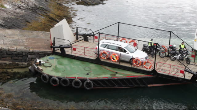 the glenelg ferry to the isle of skye, it is the last manually operated turntable ferry in scotland, uk. - fähre stock-videos und b-roll-filmmaterial