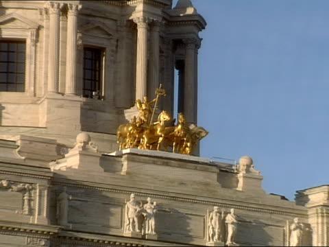 vídeos y material grabado en eventos de stock de the gold quadriga statue is seen in front of the dome of the st. paul capitol building. - tracción de caballos