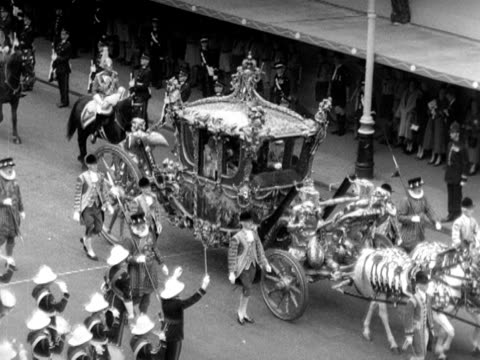stockvideo's en b-roll-footage met the gold state coach carrying princess elizabeth arrives at westminster abbey for the coronation 1953 - yeomen warder
