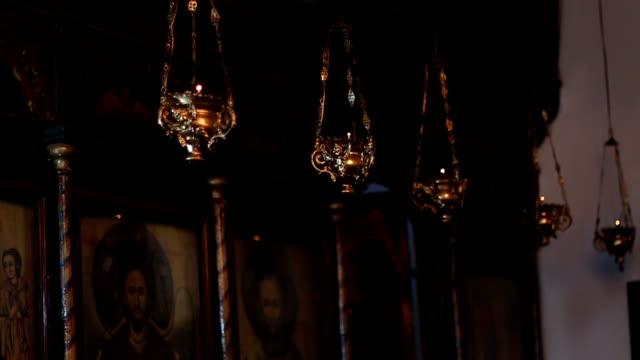 De gouden wierookvat in de kerk