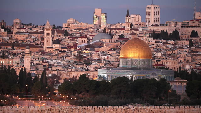 stockvideo's en b-roll-footage met the golden dome of the rock dominates the cityscape of old city jerusalem. - rotskoepel