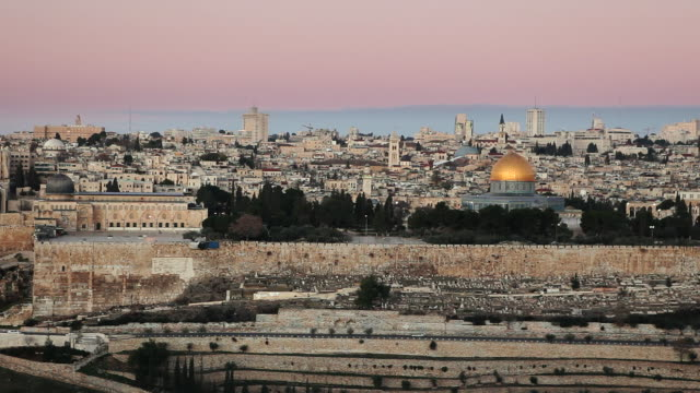 stockvideo's en b-roll-footage met the golden dome of the rock dominates the skyline of the old city of jerusalem. - rotskoepel