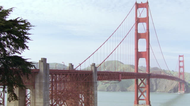 vídeos de stock, filmes e b-roll de the golden gate bridge spans san francisco bay. - baía de são francisco