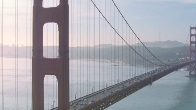 vídeos de stock, filmes e b-roll de the golden gate bridge spans san francisco bay. - golden gate bridge