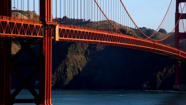 the golden gate bridge spans the san francisco bay. - 24コマ撮影点の映像素材/bロール
