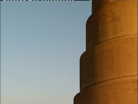 the golden spirals on malwiya tower contrast with the blue sky. - minareto video stock e b–roll