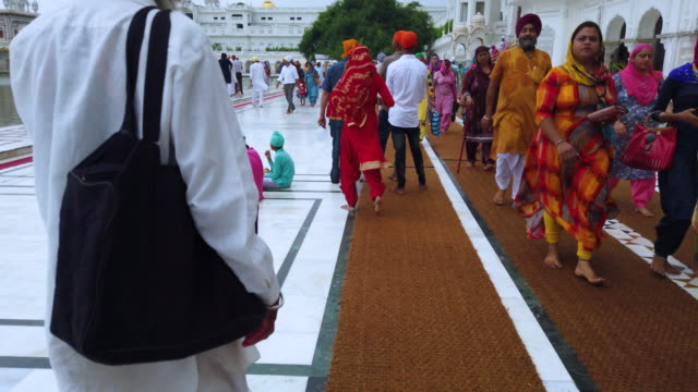 the golden temple. sikh temple in the indian town of amritsar. in india it is called harmandir sahib and it is close to the pakistan border. punjab state, india, asia - punjab region stock-videos und b-roll-filmmaterial