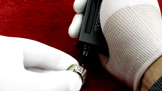 stockvideo's en b-roll-footage met de goudsmid controleert de waarde van de diamant - kwaliteit