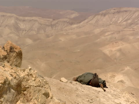 the good samaritan comes to the aid of a wounded man in the desert - historische kleidung traditionelle kleidung stock-videos und b-roll-filmmaterial