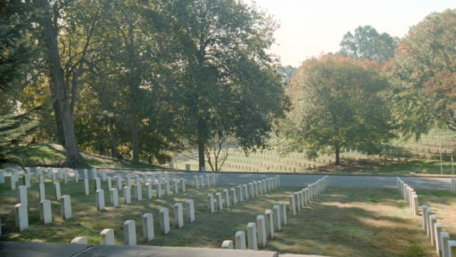vídeos de stock e filmes b-roll de the gravestones in arlington national cemetery stand in rows. - arlington virgínia