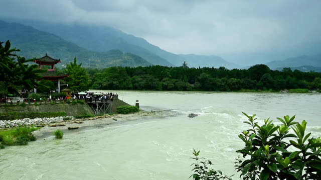 stockvideo's en b-roll-footage met het grote oude water conservancy-project-dujiangyan irrigatiesysteem - pilot fish