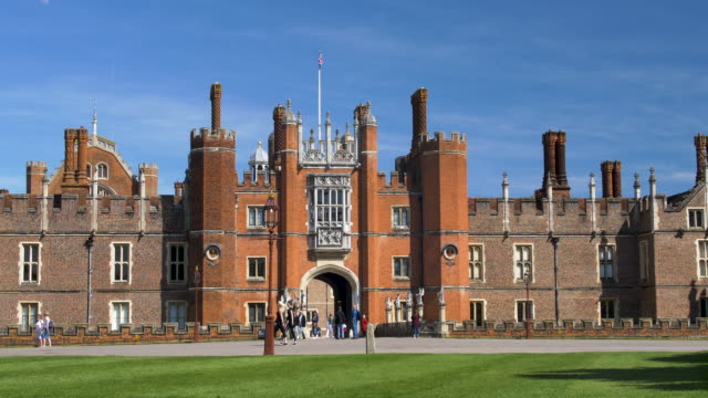 the great gatehouse. hampton court palace. - richmond upon thames stock-videos und b-roll-filmmaterial