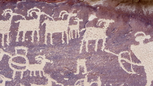 vídeos de stock e filmes b-roll de the great hunt panel in nine mile canyon - anasazi