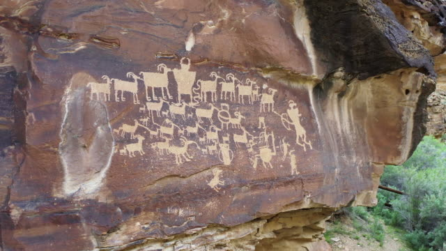 vídeos de stock e filmes b-roll de the great hunt panel petroglyph in nine mile canyon - anasazi