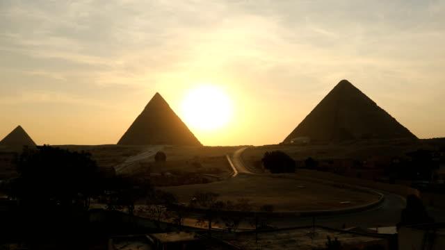 die große pyramide zeitraffer bei sonnenuntergang in gizeh, ägypten - pyramide bauwerk stock-videos und b-roll-filmmaterial
