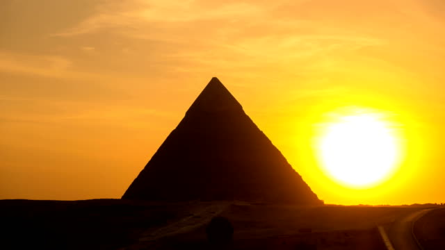 vídeos de stock e filmes b-roll de the great pyramid time lapse on sunset in giza, egypt - arcaico