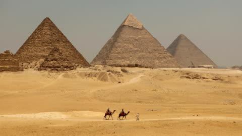 stockvideo's en b-roll-footage met de grote pyramide met kameel in giza, egypte - unesco world heritage site