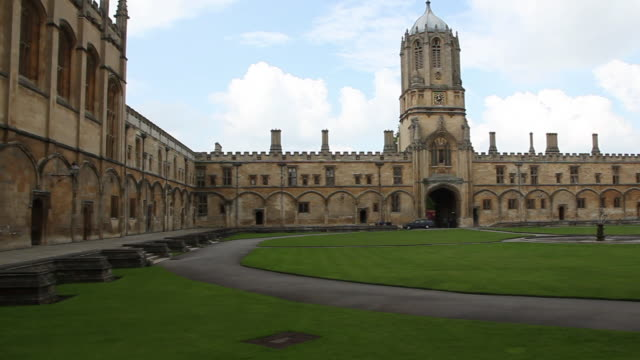 vidéos et rushes de the great quadrangle with tom tower, cardinal's college, christ church, oxford - oxford angleterre