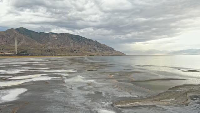 der große salzsee während einer dürre, die den niedrigsten wasserstand in der aufgezeichneten geschichte erreichte - herunterlassen stock-videos und b-roll-filmmaterial