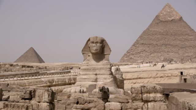 vídeos de stock, filmes e b-roll de a grande esfinge e pirâmides, gizé, egito - egito