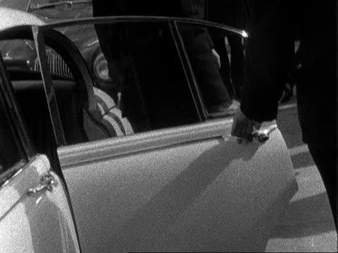 vidéos et rushes de james edward white in court england buckinghamshire linslade ms white jaguar car stops rl ms side james edward white out in trilby hat and mac... - mac