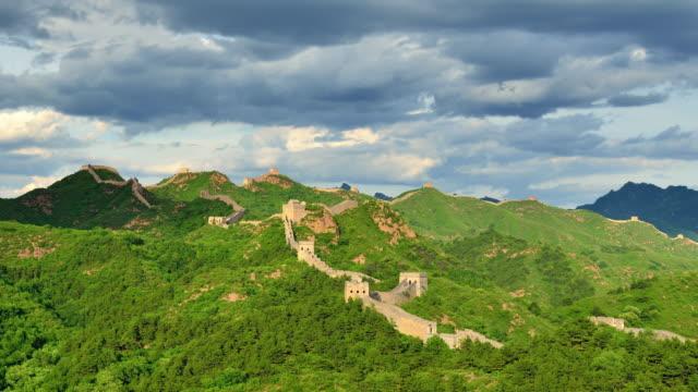 vídeos y material grabado en eventos de stock de la gran muralla de china en el soleado día, lapso de tiempo - gran muralla china
