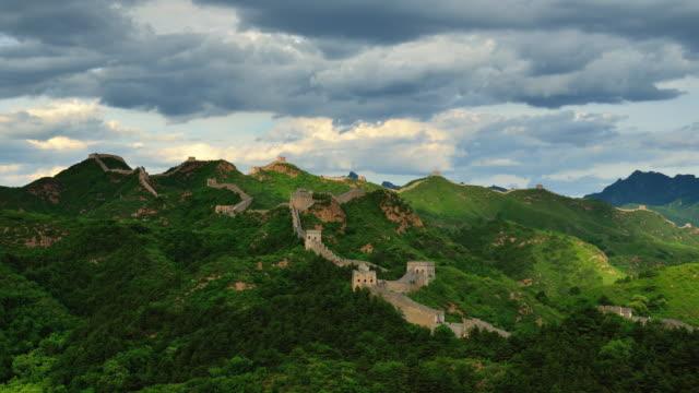 vídeos y material grabado en eventos de stock de la gran muralla de china en el soleado día, lapso de tiempo, zoom en - gran muralla china